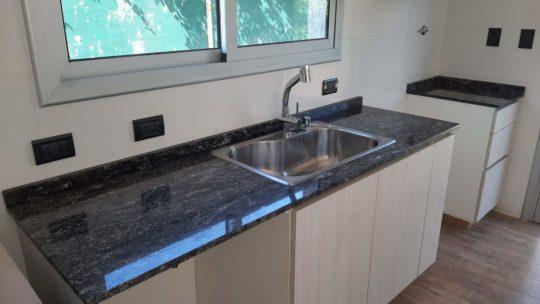Granito Negro Boreal: la combinación del negro veteado con amoblamiento blanco en cocina