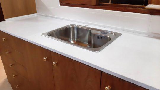 ¿Qué opciones de piedra blanca hay para cocina? Acá te damos algunas ideas en granito natural y cuarzo