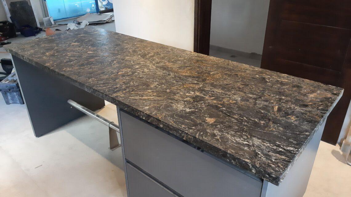 Combinación de Franco Veteado pulido y leather en una misma cocina